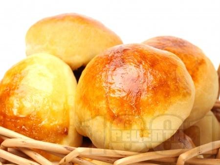 Обикновени малки домашни питки (хлебчета) с мая и масло - снимка на рецептата